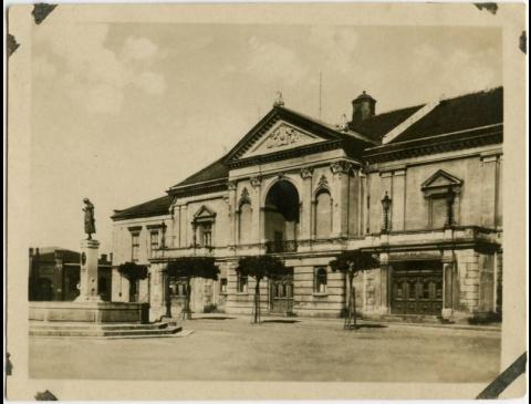 Memel Stadttheater, davor Simondachbrunnen mit Aennchen von Tharau