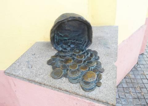"""Skulptūra """"Puodynė su pinigais"""""""