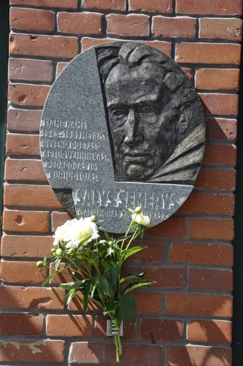 Памятный барельеф в честь Салиса Шямериса