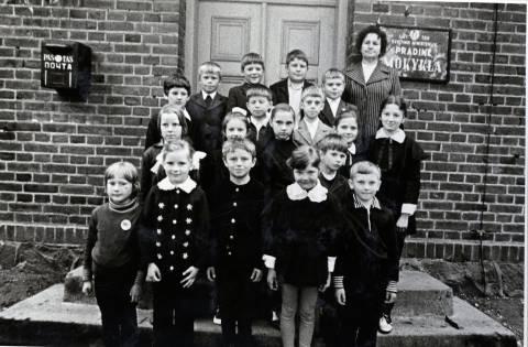 Pirmaklasiai su mokytoja Ona Stonkiene prie Barškių pradinės mokyklos