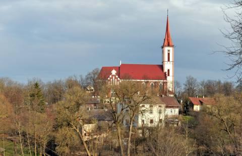 Kretingos katalikų bažnyčia nuo Basanavičiaus gatvės