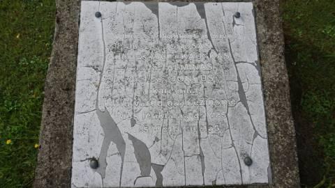 Akmens mūro plokštė prie paminklinės kompozicijos Darbėnų valsčiaus NKVD-MVD-MGB poskyrio pastate nužudytų gyventojų atminimui