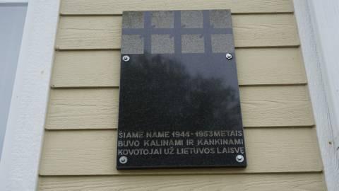 Atminimo lenta kovotojams už Lietuvos laisvę ant NKVD-MVD-MGB Darbėnų poskyrio pastato sienos