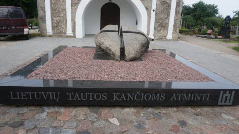 Paminklas 1940–1990 m. okupacijų laikotarpiu patirtoms lietuvių tautos kančioms atminti