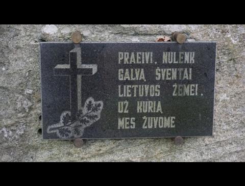 Paminklinio akmens partizanams atminti Kartenoje lenta