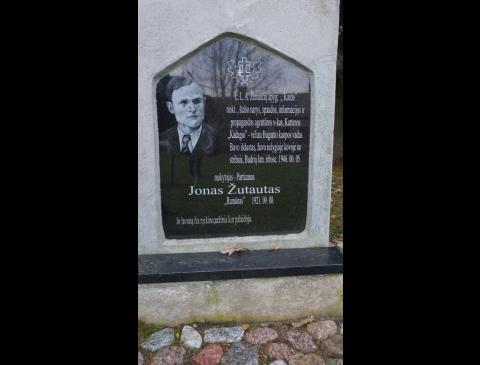Atminimo plokštė ant paminklo partizanui Jonui Žutautui Kartenoje