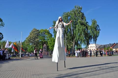 Dainų ir šokių šventės atidarymas prie Nepriklausomybės paminklo