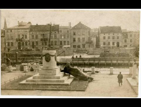 """Nugriautas paminklas """"Borussia"""" (pirmas iš kairės pastatas Žvejų g. 5)"""