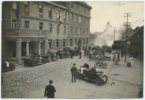 Automobilių ir motociklų varžybių dalyvių rikiuotė prie viešbučio