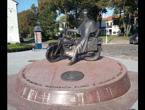 """Paminklas automobilių ir motorračių klubui """"M.S.C. Memelland"""" ir keliautojui A. Poškai atminti"""