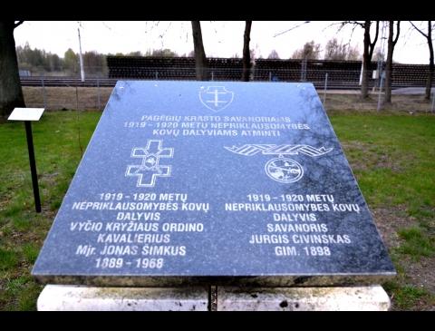Pagėgių krašto savanoriams, 1919-1920 m. Nepriklauso- mybės kovų dalyviams Jonui Šimkui ir Jurgiui Civinskui įamžinti skirtas atminimo ženklas