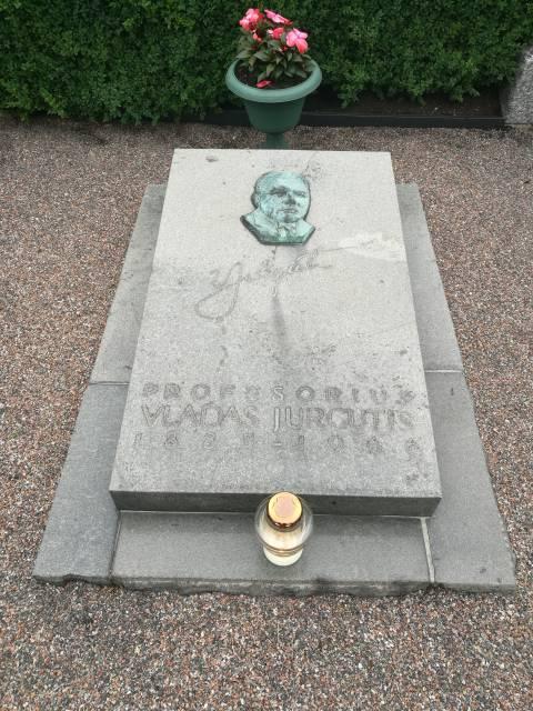 Vlado Jurgučio antkapinis paminklas Palangos miesto senosiose kapinėse