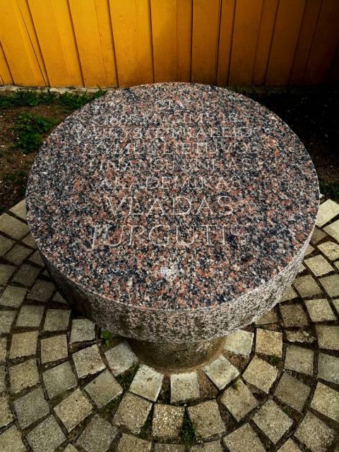 Paminklinė stela prie namo, kuriame gimė ekonomistas, profesorius Vladas Jurgutis (skulptorius - R. Midvikis, architektas - E. Benetis)