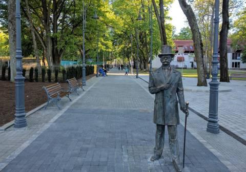 """Skulptūra """"Grafas Feliksas Tiškevičius"""" (skulptorius - Klaudijus Pūdymas, architektė – Snieguolė Stripinienė)"""