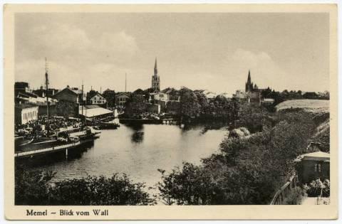 Vaizdas į miestą nuo piliavietės gynybinių pylimų (matosi dalis gynybinio griovio ir pylimo)