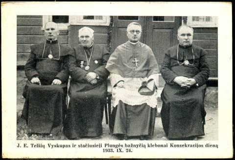 Telšių vyskupas ir stačiusieji Plungės bažnyčią klebonai konsekracijos dieną