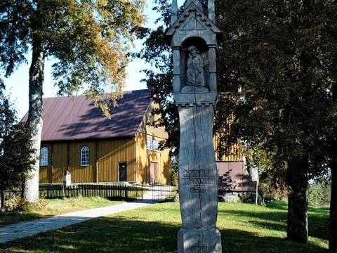 Koplytstulpis Gegrėnų bažnyčios šventoriuje, pastatytas 250-ajam bažnyčios jubiliejui