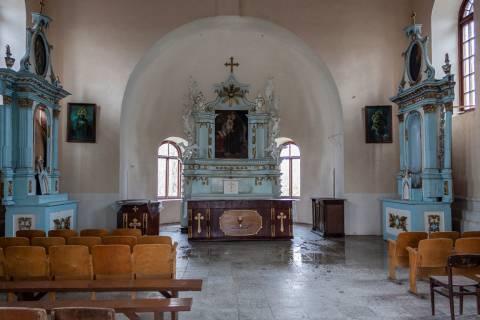 Visų Šventųjų koplyčios senosiose Plungės kapinėse vidus