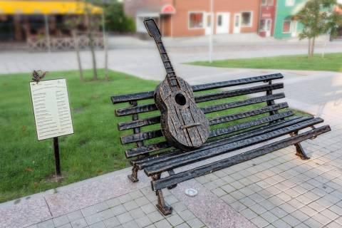 Plungiškių suoliukas Senamiesčio aikštėje