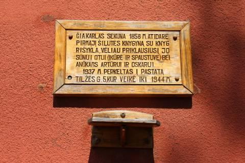 Atminimo lenta prie Tilžės g. namo nr. 27