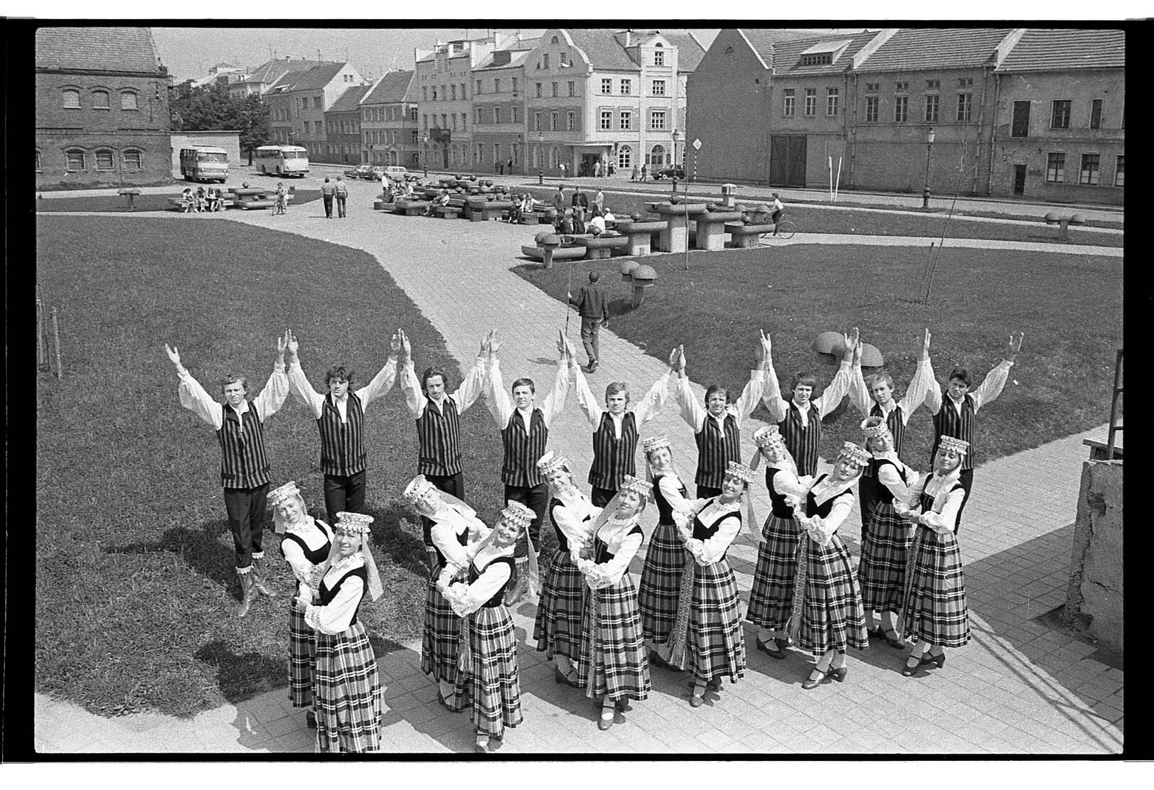 """Klaipėdos tautinių šokių ir dainų ansamblio """"Žilvinas"""" Karlskronos aikštėje, Klaipėdoje"""