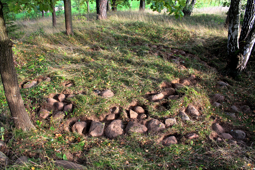 Atidengti pilkapio dugno akmenų vainikai