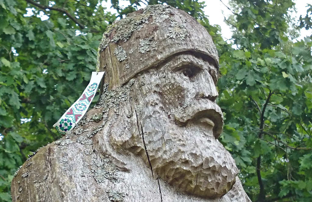 Medinė skulptūra prie Andulių piliakalnio