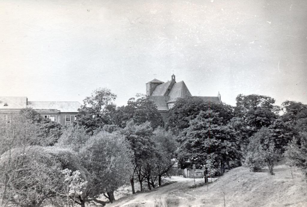 Kretingos pranciškonų bažnyčia ir gimnazija nuo tvenkinio pusės