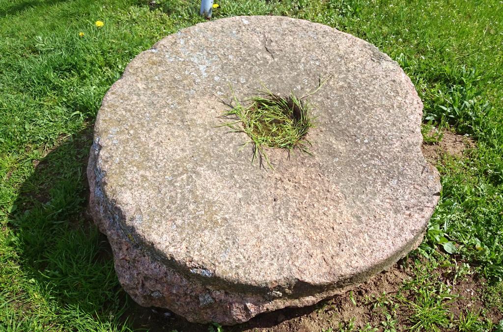 Girnų akmuo Kretingos vasaros estradoje