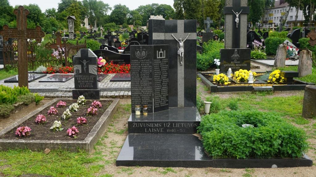 Partizanų B. Vendelytės ir B. Vendelio kapas (kairėje) yra šalia paminklo Kretingos apskrityje 1946–1953 m. žuvusiems Žemaičių apygardos Kardo rinktinės partizanams atminti, kurio statybą inicijavo B. Vendelis