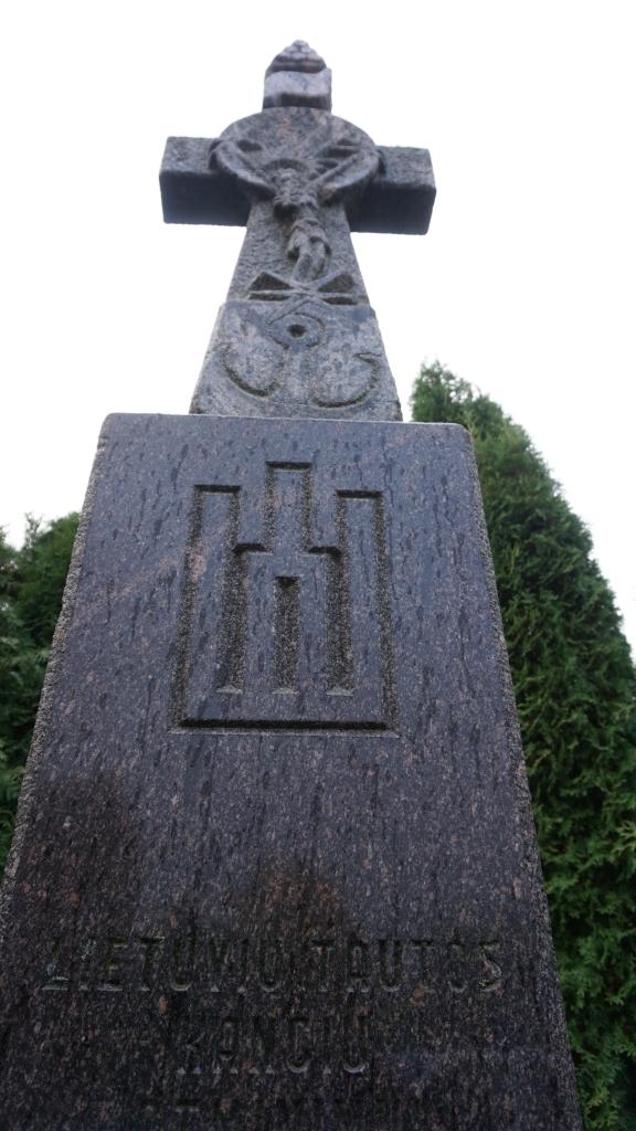Salantų paminklo lietuvių kančioms atminti Gedminaičių stulpai ir stilizuotas lotyniškas kryžius su plastišku Nukryžiuotojo horeljefu, Apvaizdos akimi, žvaigžde ir inkaru