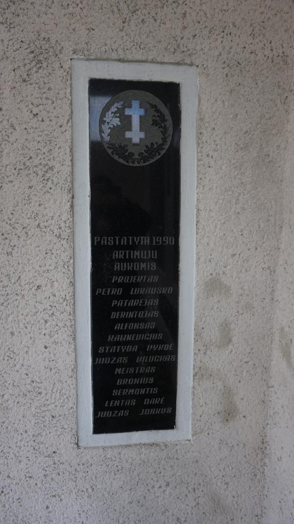 Memorialinės koplyčios Kartenos kapinėse informacinė lenta
