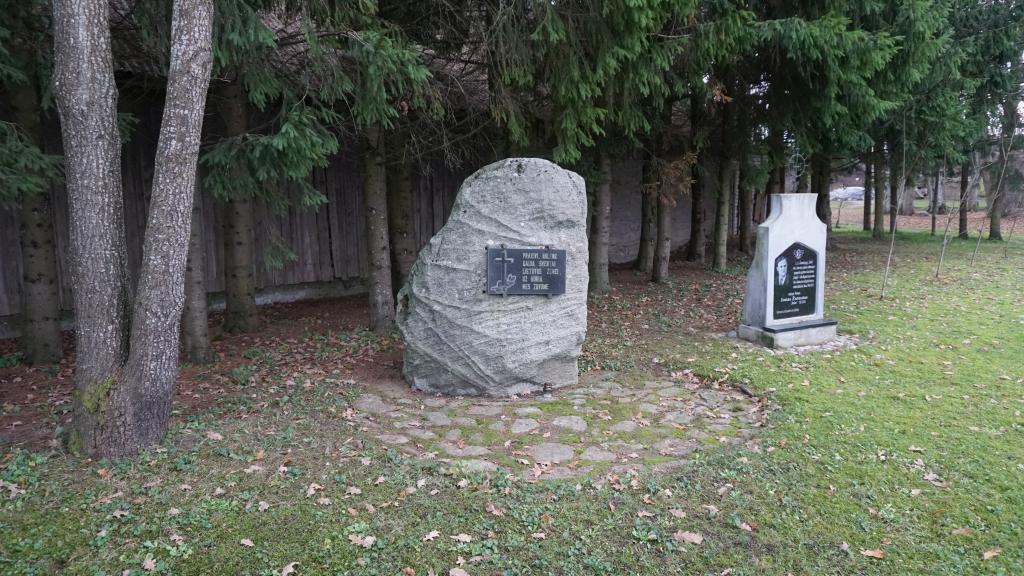 Paminklinis akmuo partizanams atminti ir paminklas partizanui Jonui Žutautui Kartenoje
