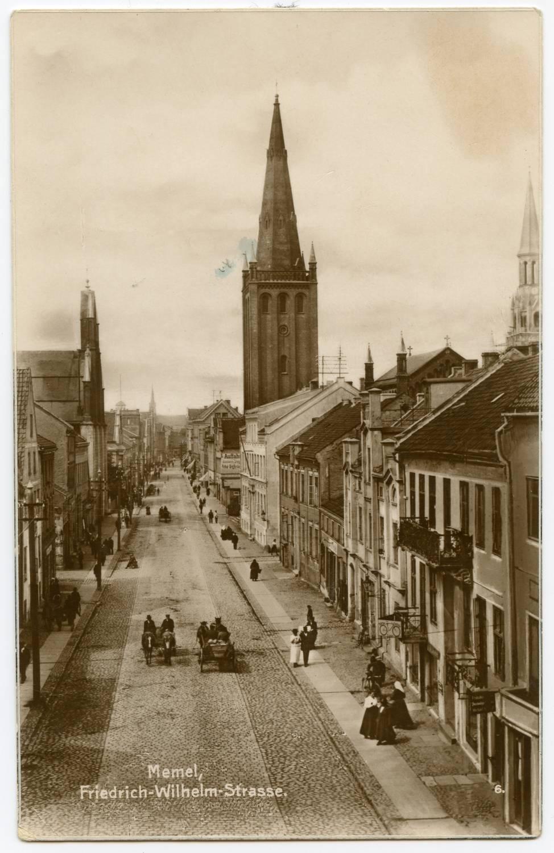 Memel, Friedrich-Wilhelm-Strasse (kairėje Laukininkų bažnyčia)