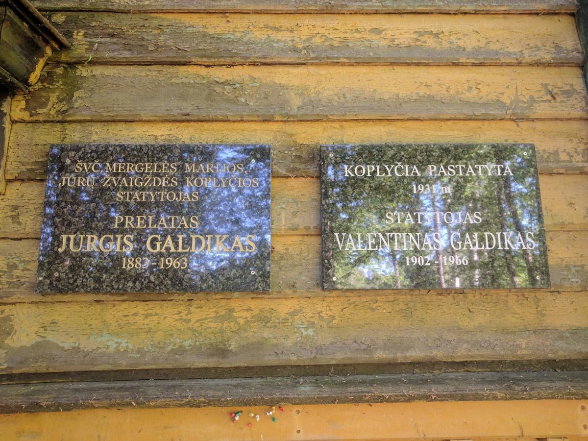 Memorialinės lentos J. ir V. Galdikams ant Šventosios Švč. Mergelės koplyčios
