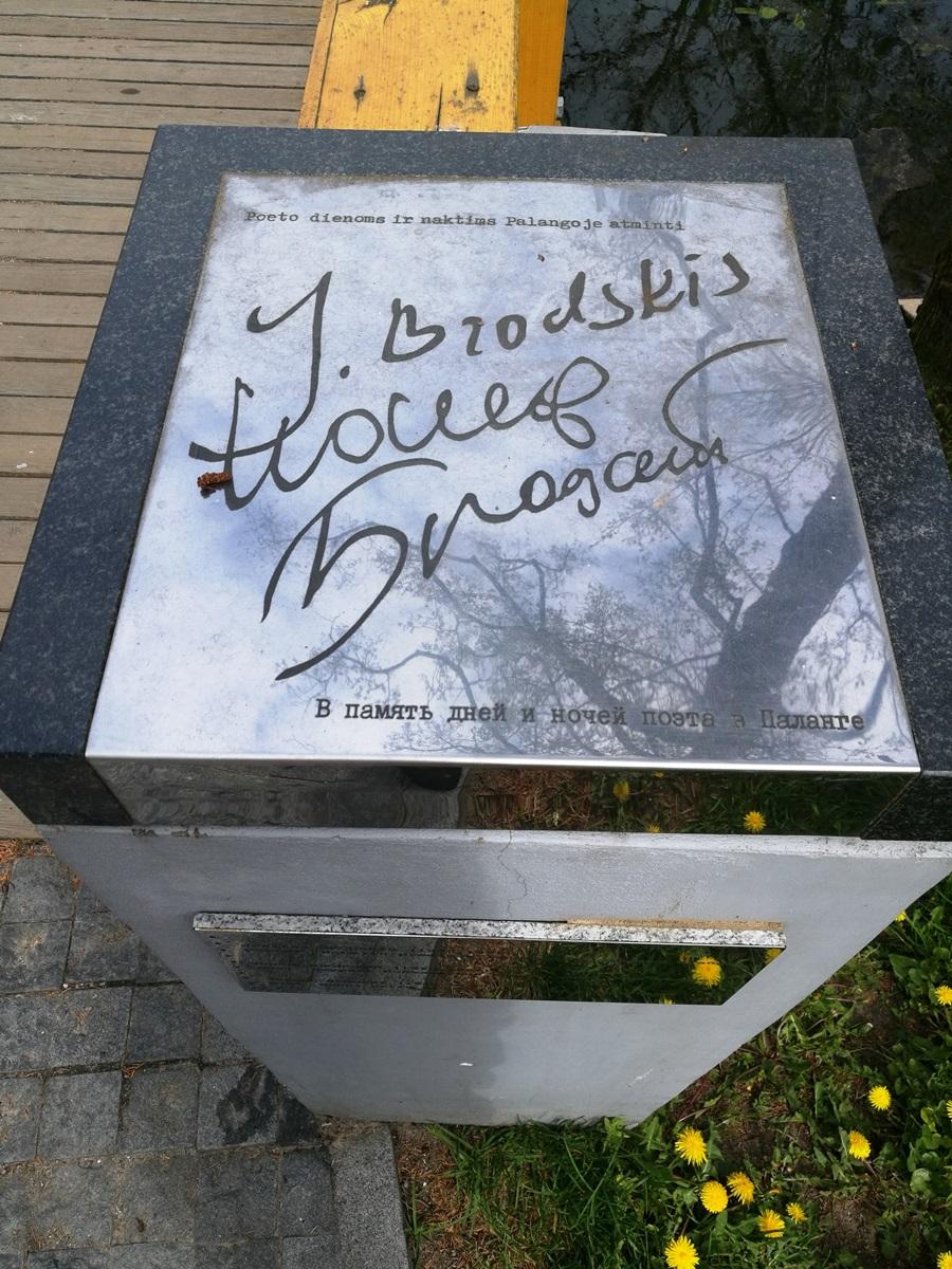 Atminimo ženklai ant J. Brodskio vardo tiltelio (skulptorius Mindaugas Šnipas)