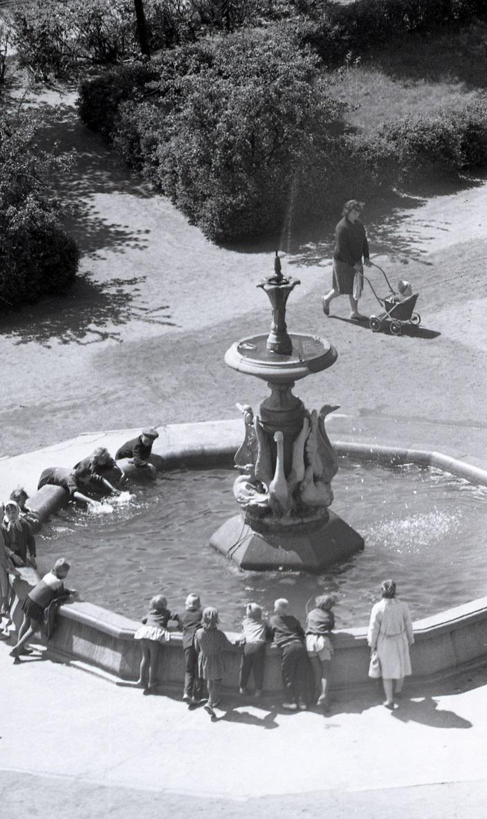Vaikai prie Gulbių fontano