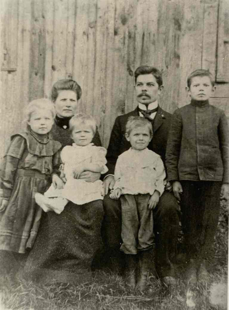 Oginskių dvaro siuvėjo Adolfo Daumanto šeima šalia savo namų