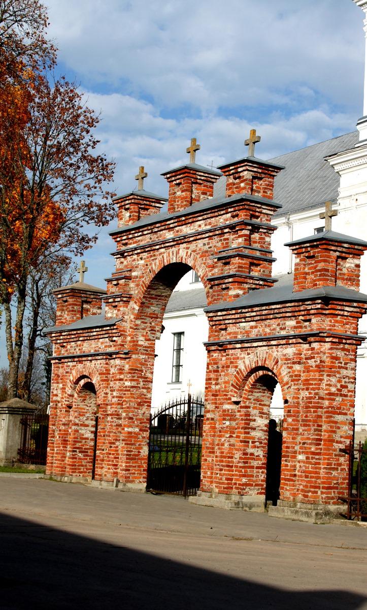Žemaičių Kalvarijos Švč. Mergelės Marijos Apsilankymo bazilikos vartai