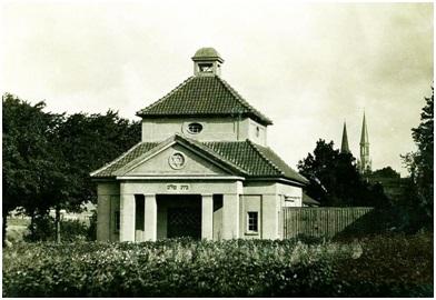 """Žydų kapinėse stovėjęs apeiginis pastatas su užrašu """"Bet Olam"""" (Amžinybės namai)"""