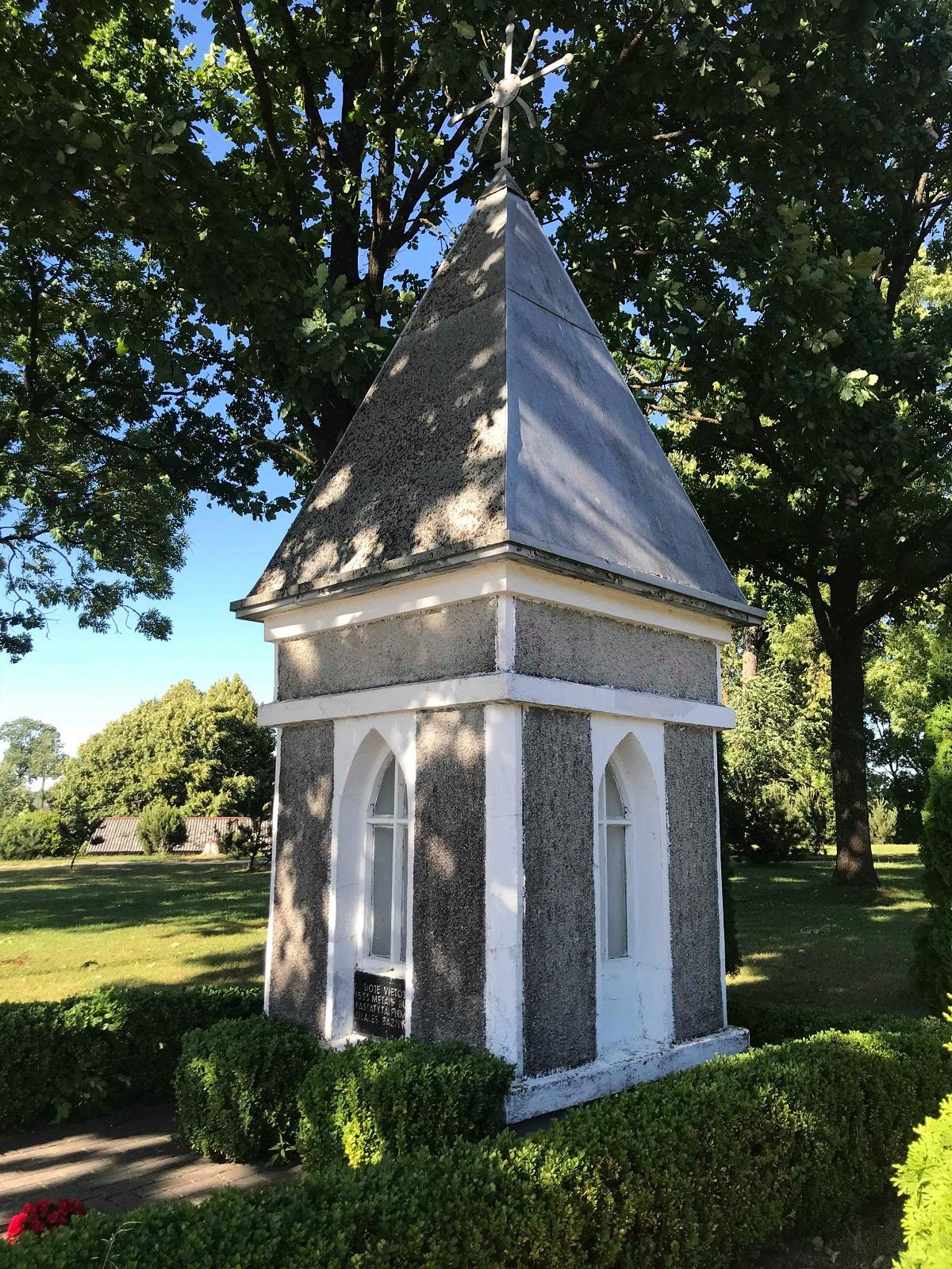 Koplytėlė pirmosios bažnyčios vietoje