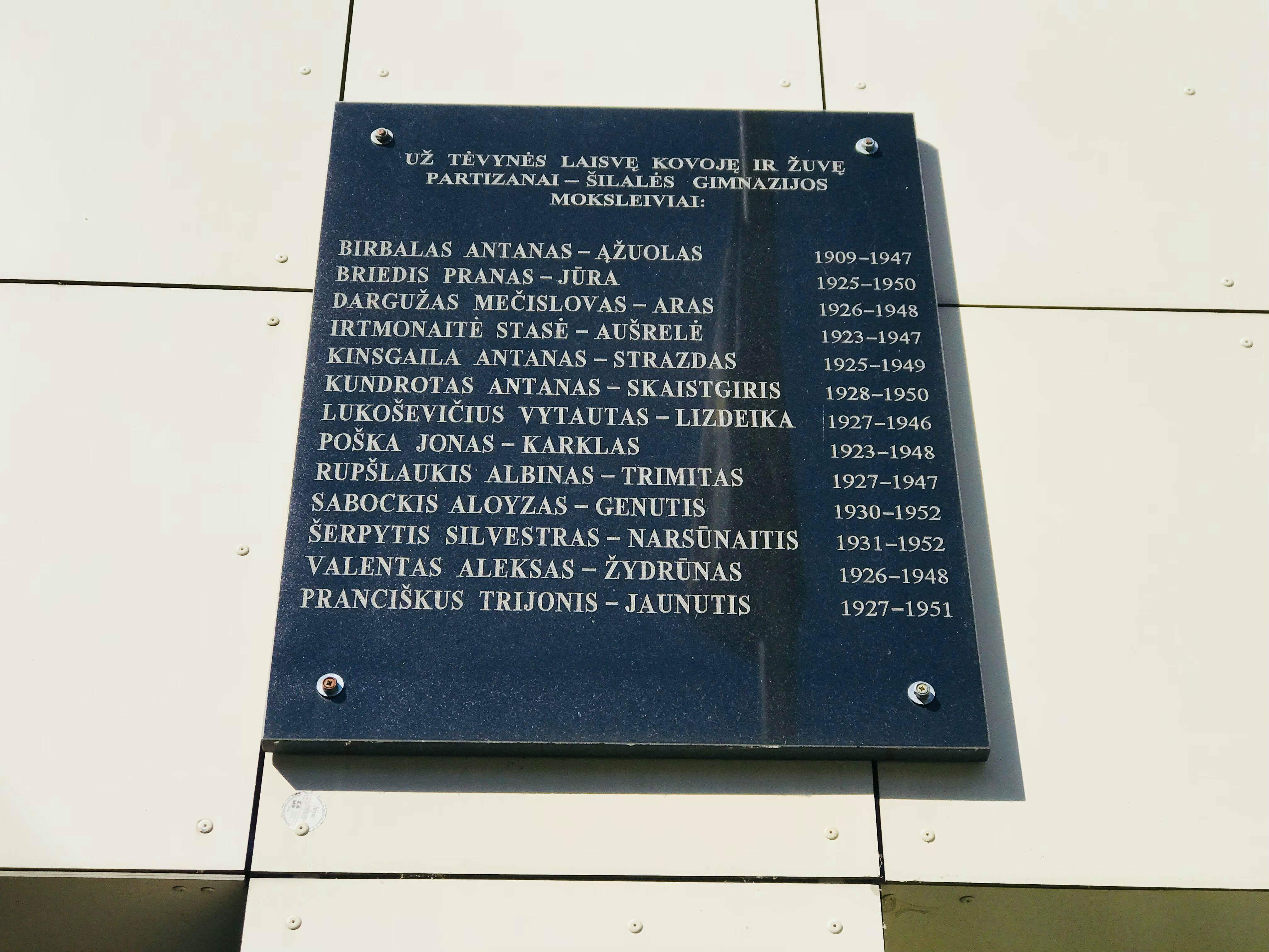 Paminklinė lenta mokiniams ir jų mokytojams, žuvusiems rezistenciniame judėjime, atminti