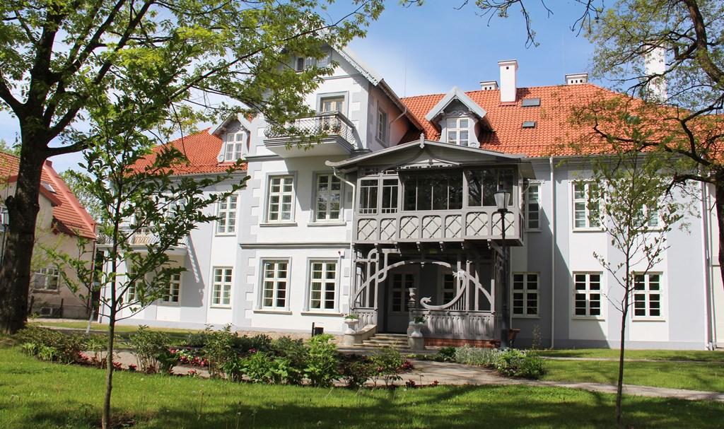 Hugo Šojaus muziejaus pastatas iš kiemo pusės