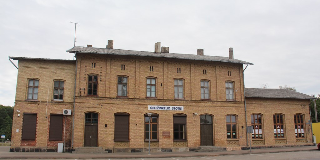 Geležinkelio stoties pastatas nuo kelio pusės