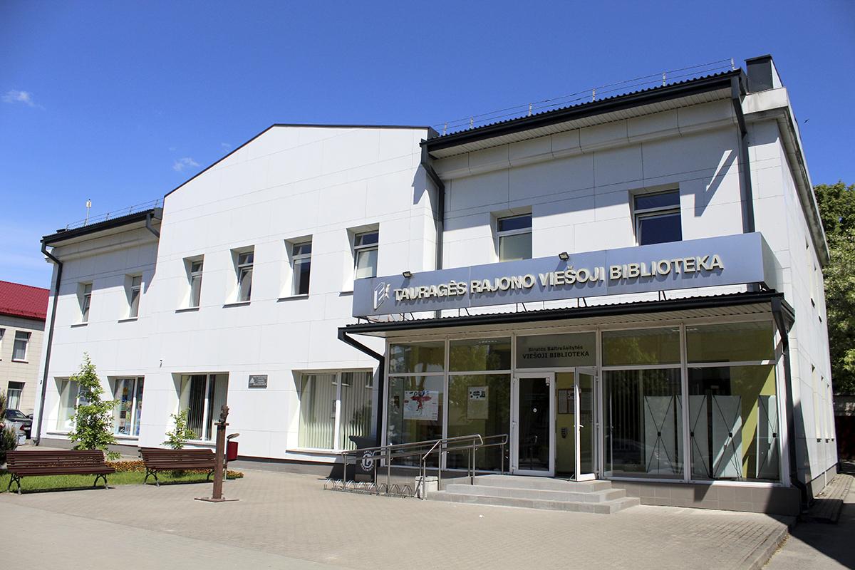 Skulptūra-ekslibrisas ir Tauragės Birutės Baltrušaitytės viešosios bibliotekos pastatas